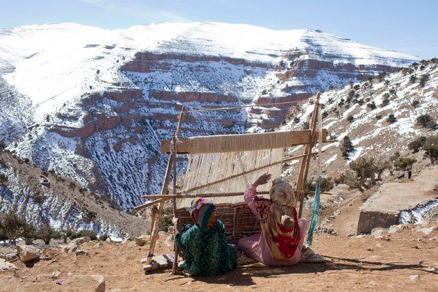 Des femmes berbères tissent des tapis dans le village de Ait Sghir dans la région du Haut...