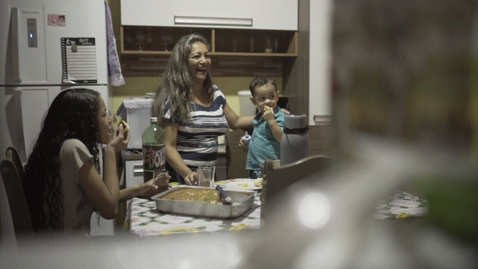 A diarista Vanderléa Ferreira conta com o apoio da filha Sabrina, de 13 anos, para conciliar a...