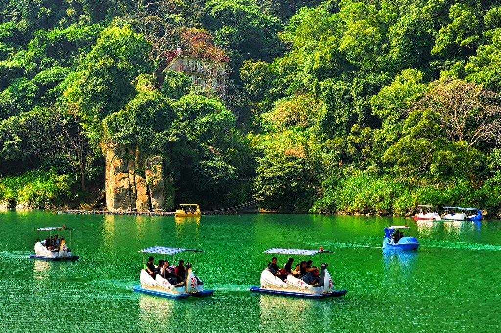 ▲或是到碧潭風景區搭小船,一天同時享受水陸兩種風情。圖片取自觀光局官網