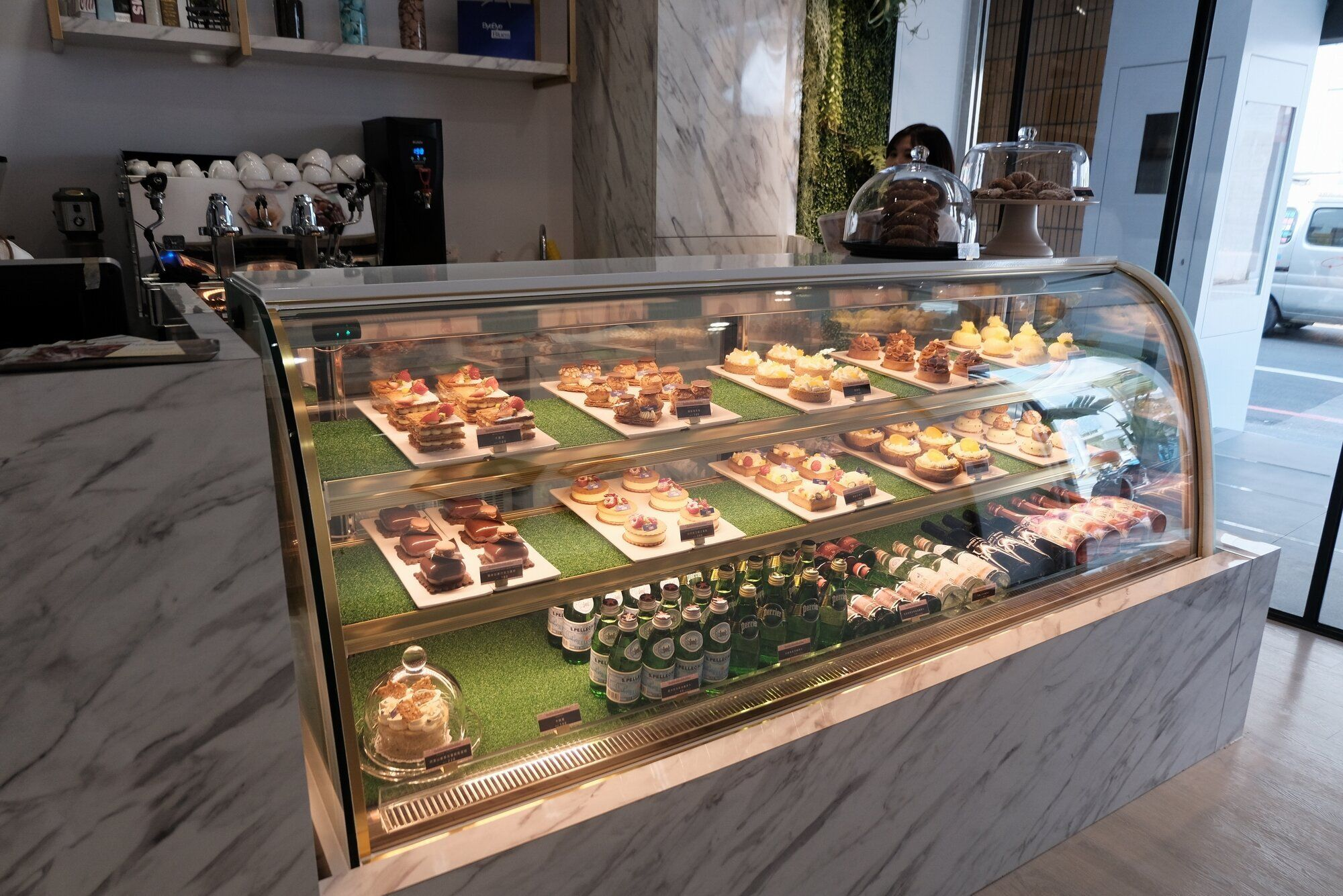 玻璃櫃內還擺放多款甜點,每款100多元起就嘗得到。