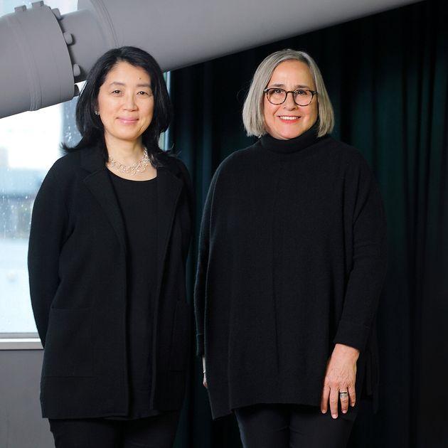 右/ニューヨーク公共図書館で渉外担当役員を務めるキャリー・ウェルチさん、左/著書『未来をつくる図書館―ニューヨークからの報告―』(岩波新書)でNYPLを日本に広く紹介した在米ジャーナリストの菅谷明子さん