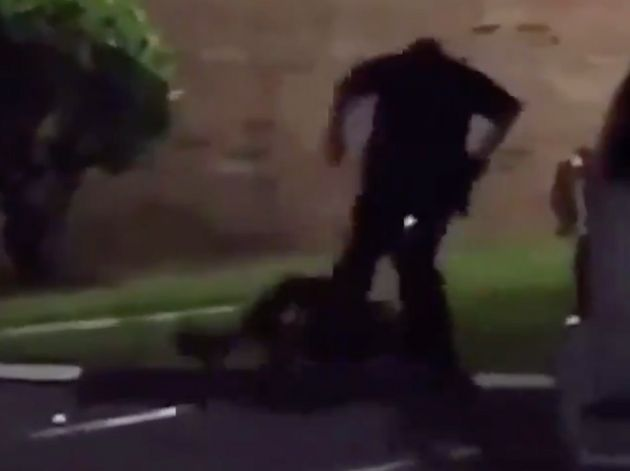 El brutal momento en el que un policía de EEUU mata a tiros a mujer que gritó