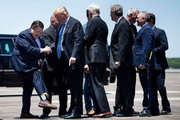 Il governatore della Louisiana ha accolto Trump con dei calzini
