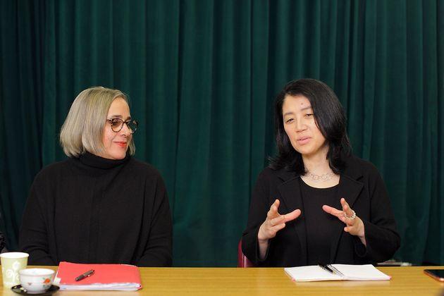 右/在米ジャーナリストの菅谷明子さん、左/NYPLで渉外担当役員を務めるキャリー・ウェルチさん