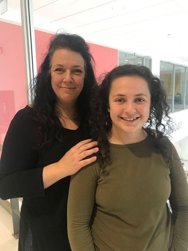 Sophie Roy, aujourd'hui âgée de 16 ans, avec sa maman Josée Dufresne. Près...