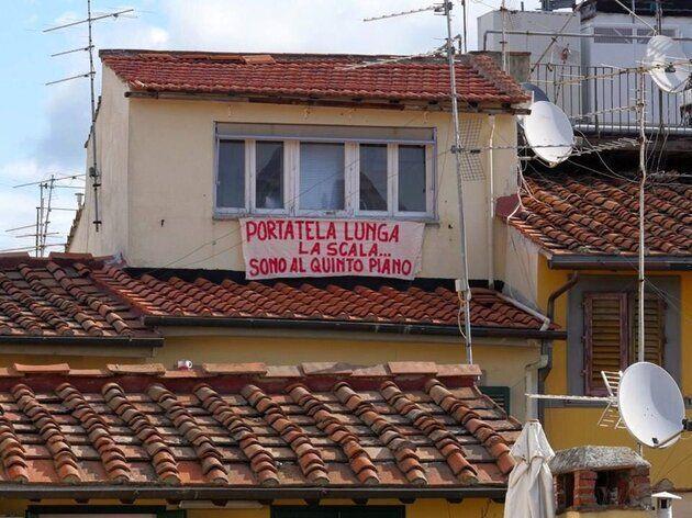 #Salvinitoglianchequesti, piccoli striscioni