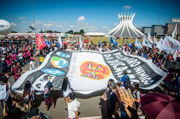 Em Brasília, manifestantes se reuniram na Esplanada dos Ministérios e seguiram para a frente...