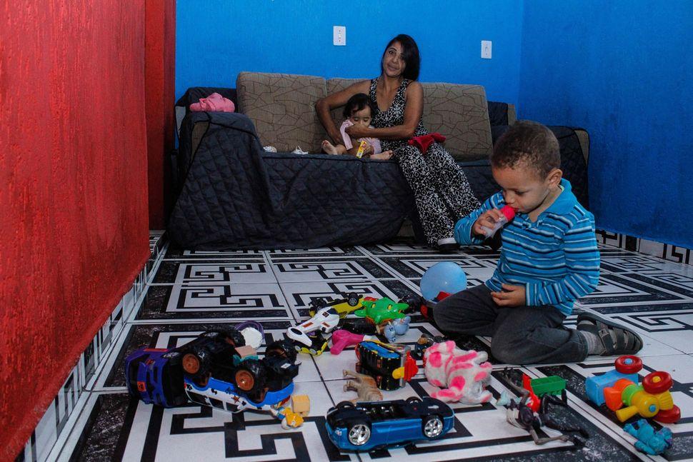 Na tarde em que recebeu o HuffPost Brasil em sua casa, Roselaine alternava a troca de Lívia, com...