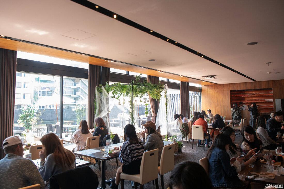 午餐時間,店內坐滿客人。旁邊的落地窗外的露台上有露天座位,不過因為當時外面還有點冷沒有開放。而在露台邊就是堀江。