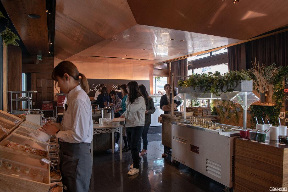 餐廳內的餐櫃以木質調為主,一點鄉村風時尚感,切中頗受女生們歡迎的日系雜貨風格,且與店內的輕食餐點非常搭配。