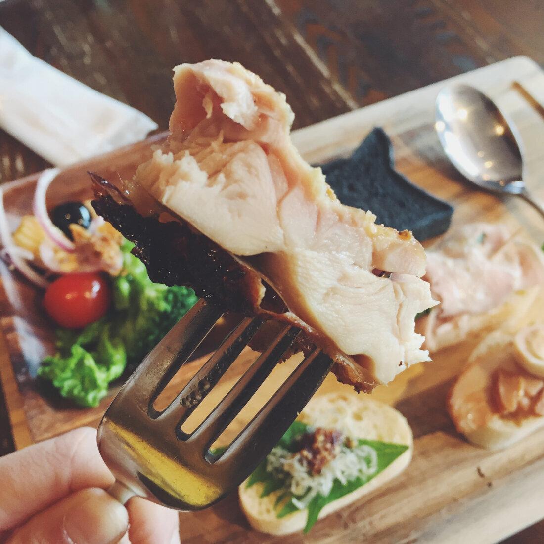 鮮嫩多汁的香草烤雞,絕對值得列入必吃菜單。