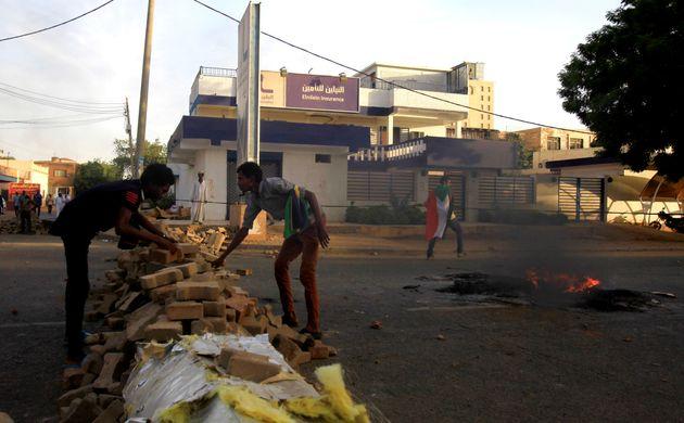 수단 시위대가 하르툼 중심부에서 길을 막기 위해 바리케이드를 쌓는 모습. 2019년