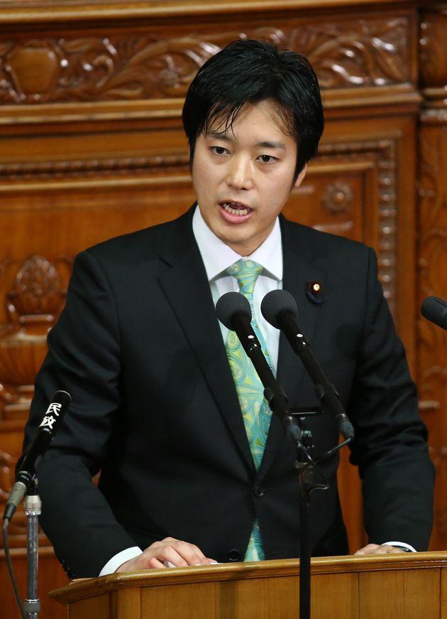 衆院本会議で質問する丸山穂高議員=2015年2月、東京・国会