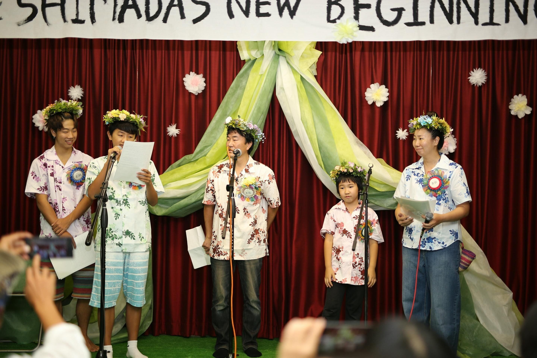 「家族宣言」をする島田彩さんファミリーとたむちゃん