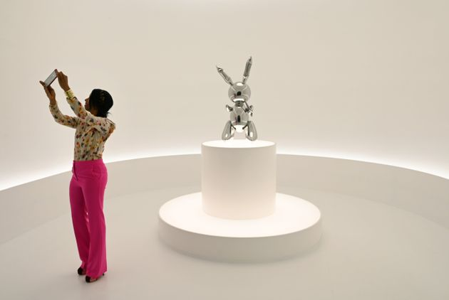 C'est un des célèbres lapins métalliques de Jeff Koons qui a battu le record avec...