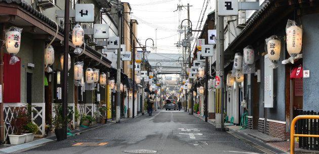 飛田新地に並ぶ料亭=大阪市西成区(飛田新地料理組合の許可を得て撮影しています。画像の一部を加工しています)