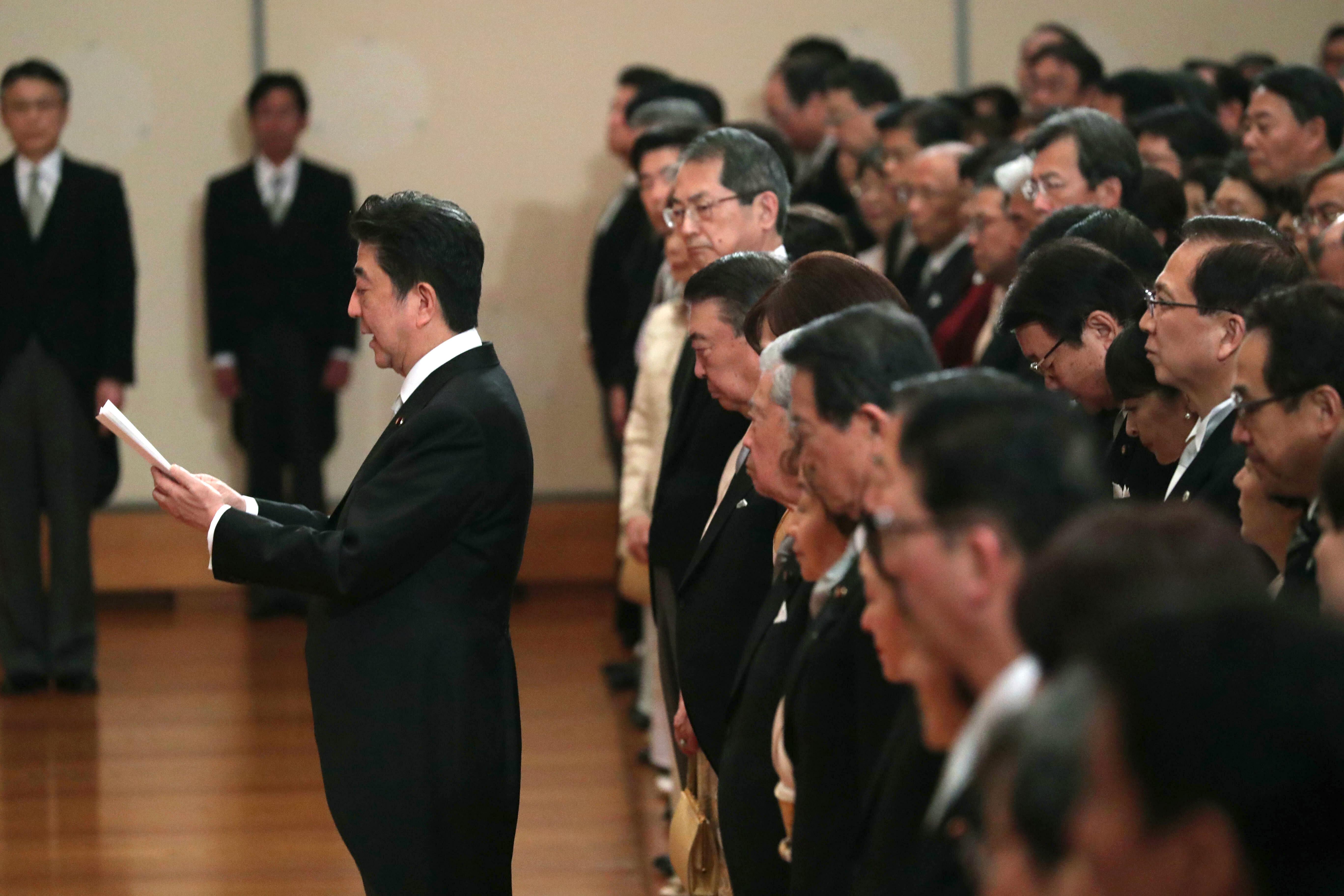아베 총리가 일왕에게