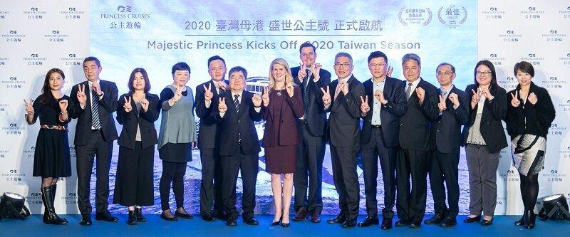 公主遊輪總裁珍.斯瓦茲(Jan Swartz,左7)、亞太區商業營運資深副總裁史都華‧艾里森(Stuart Allison,左8)、公主遊輪臺灣行銷總監陳欣德(右6)與11家旅行社代表一起啟動2020臺灣母港佈署計畫儀式。(圖/公主遊輪)