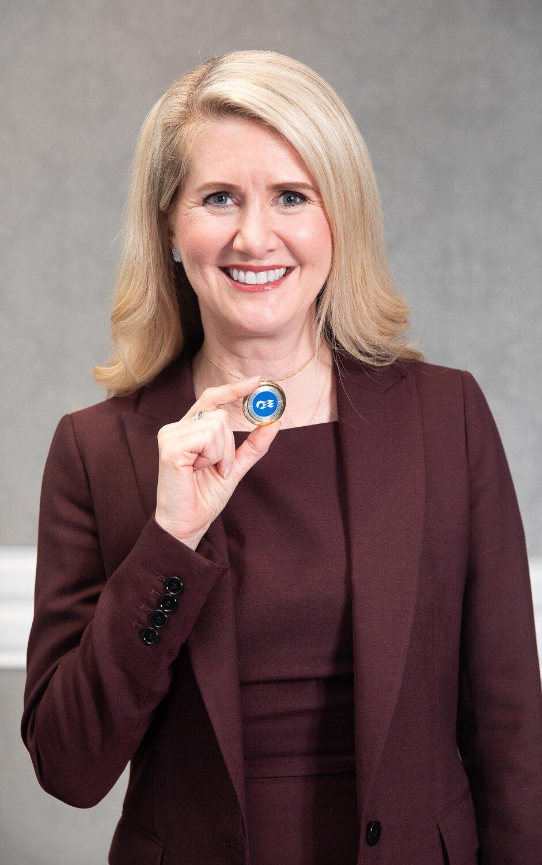 公主遊輪全球總裁珍.斯瓦茲(Jan Swartz)親自展示獨步全球的穿戴式裝置(Ocean Medallion)(圖/公主遊輪)