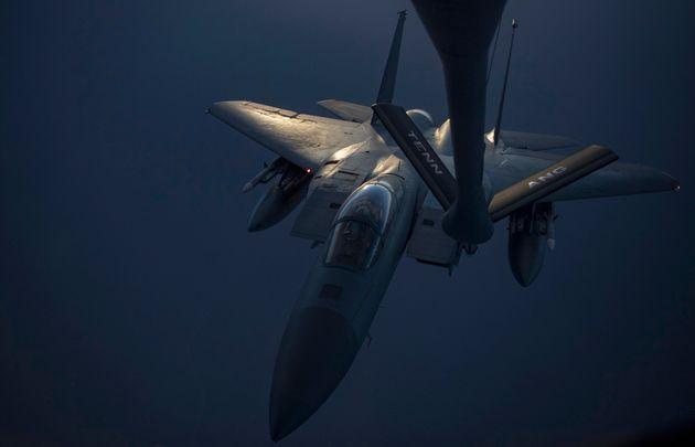 미국 공군이 배포한 사진. F-15C 전투기가 카타르 기지에 베이스를 둔 KC-135 스트래토탱커 공중급유기로부터 연료를 급유 받는 모습. 장소 미상. 2019년