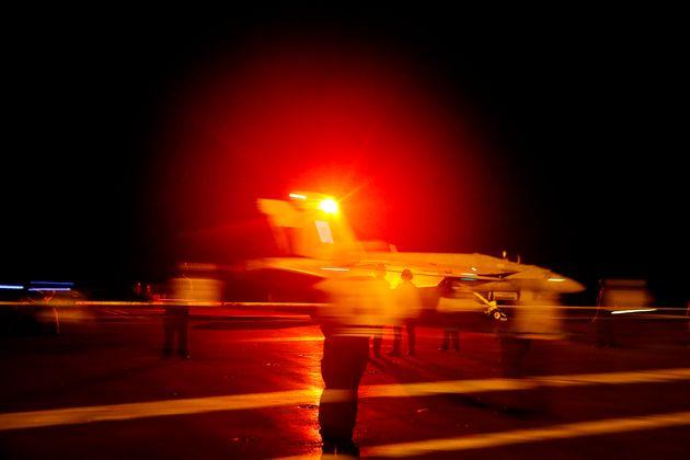 미국 해군이 배포한 사진. VFA-86 소속 F/A-18E 슈퍼호넷 전투기가 항공모함 아브라함링컨호에서 이륙하고 있다. 미군은 항공모함 함대를 페르시아만 인근에 급파했다. 2019년