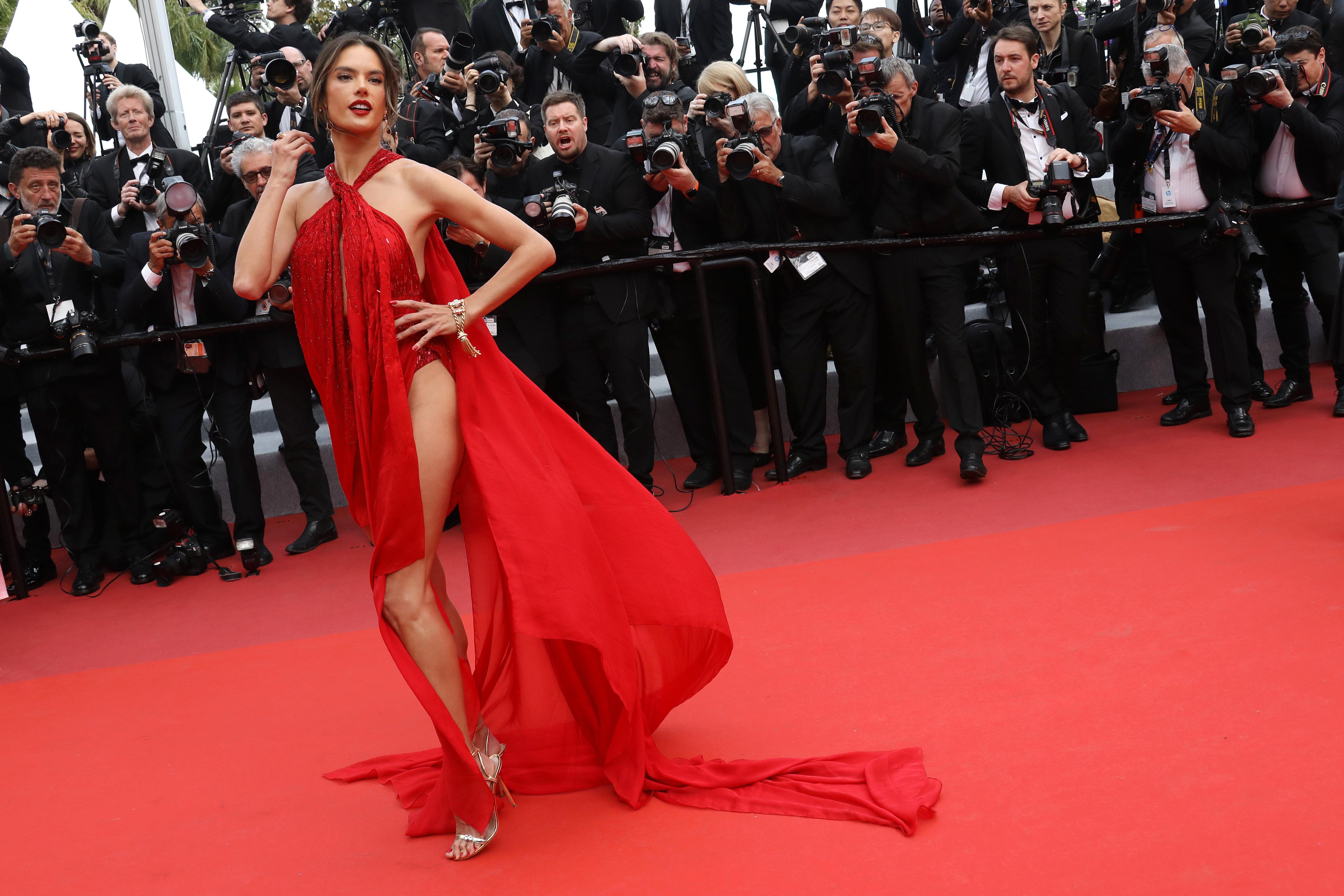Alessandra Ambrosio sfila con un sexy rosso al Festival di