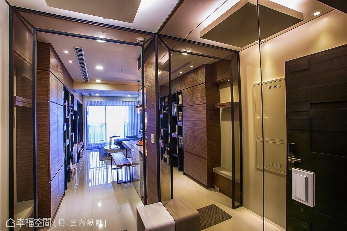 ▲鏡面常運用在較狹窄的玄關中,透過映射效果讓空間感覺寬敞,同時有折射光線提升明亮感,以及在出門前整理造型等多重優點。