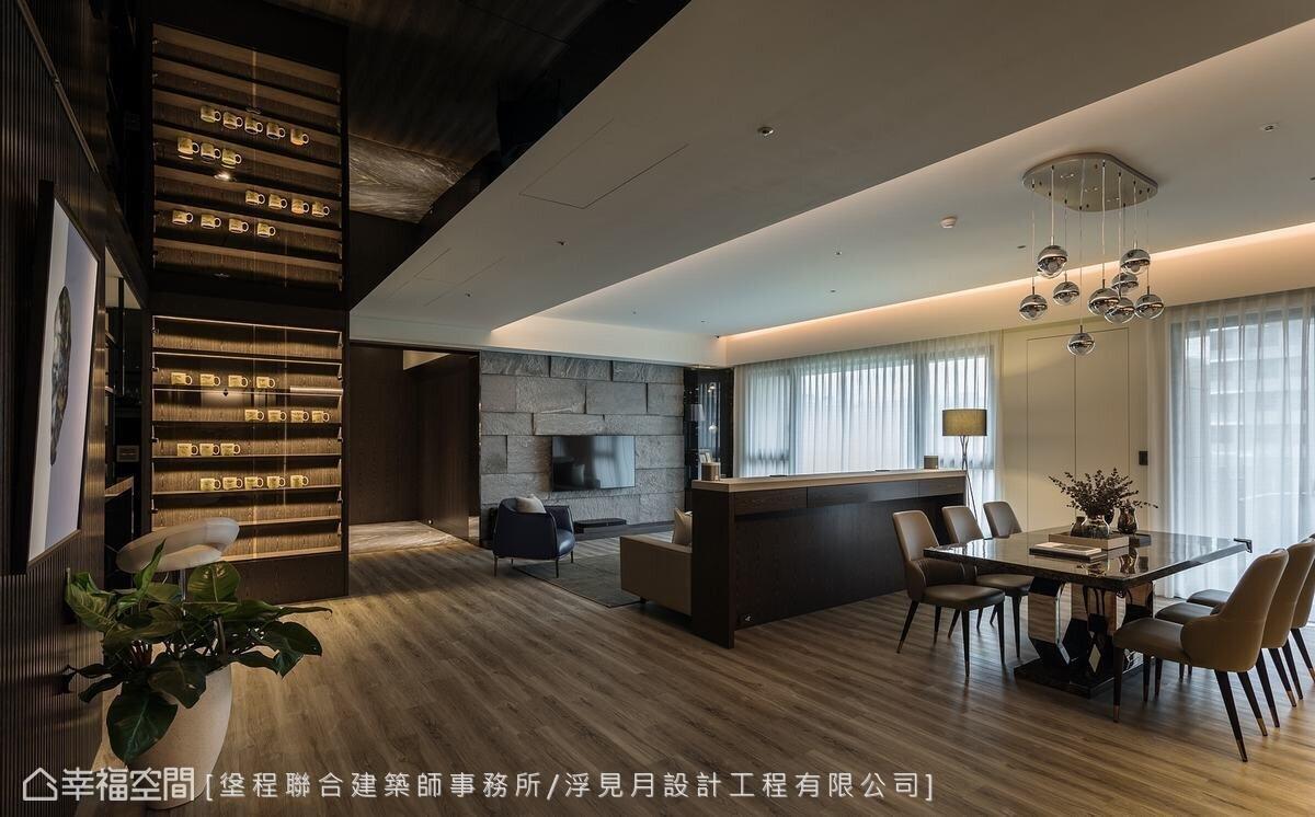 ▲客廳與餐廳間採用半隔間的設計方式,增加收納空間並讓沙發有靠,不完全隔斷上方保持開放,讓視線可以穿透,發揮空間優點。