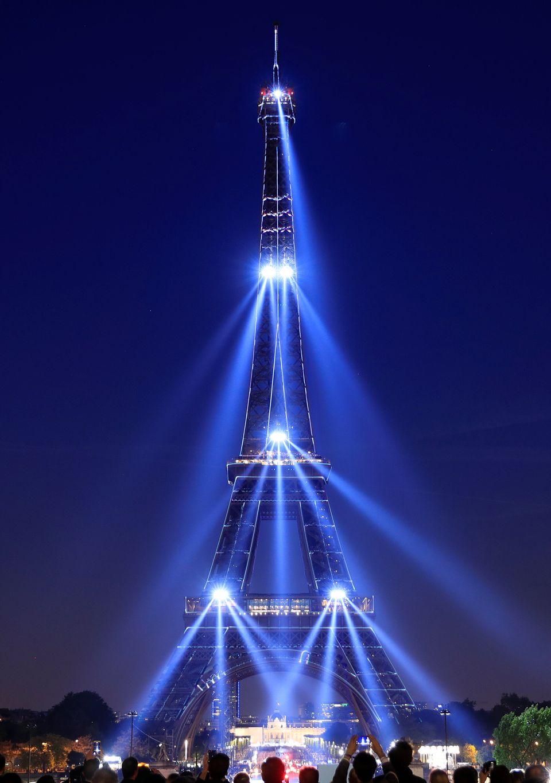 La Torre Eiffel festeggia i 130 anni con uno spettacolo di luci senza