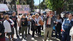 Πυρόπληκτοι της Αττικής έξω από το υπουργείο Περιβάλλοντος: Αποκατάσταση