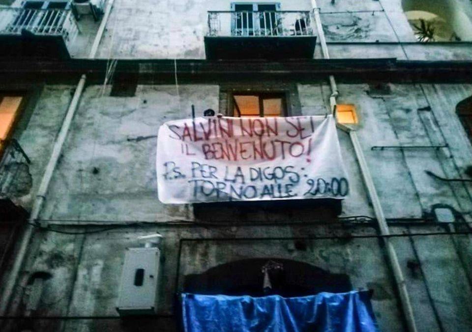 Rambo |  statt'  a casa   Napoli prepara l' accoglienza a Salvini a colpi di