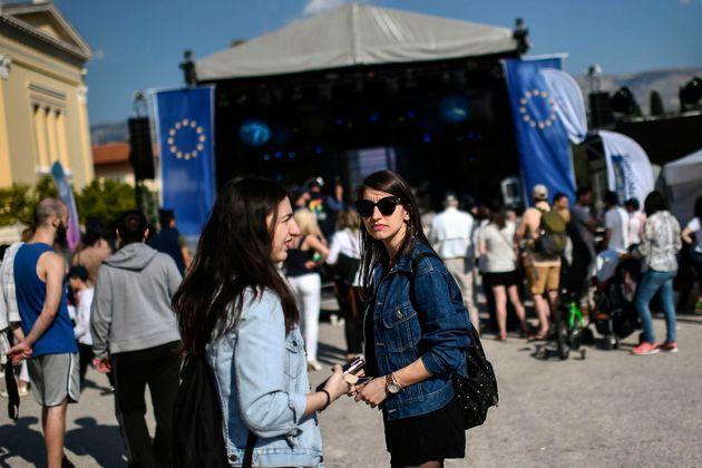 Los jóvenes asisten al Comité Europeo Griego en Atenas el 11 de mayo de