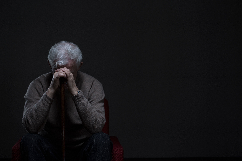 Scopre dopo 30 anni le lettere del tradimento della moglie. 73enne tenta il