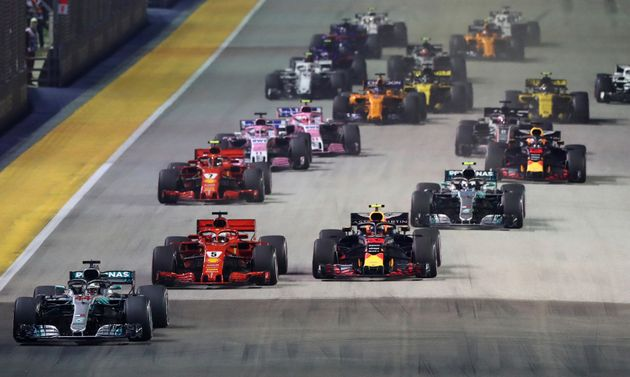 Le pilote britannique Mercedes-Benz Lewis Hamilton, en Grande-Bretagne, mène le premier tour au...
