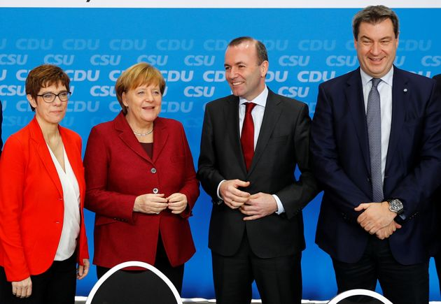 H Aγκελα Μέρκελ και η Ανεγκρετ Κάρενμπάουερ σε στιγμιότυπο με τον Πρόεδρο του Ευρωπαϊκού Λαϊκού Κόμματος Μάνφρεντ Βέμπερ.