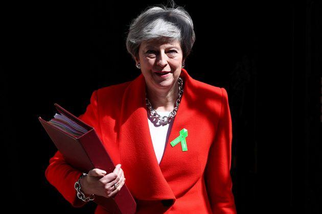 May accede a fijar la fecha de su dimisión tras la votación del acuerdo del Brexit en