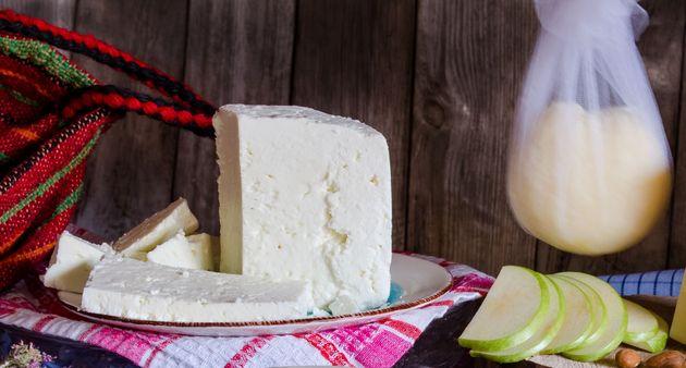 Φτιάχνουμε παραδοσιακό τυρί στην κουζίνα του σπιτιού
