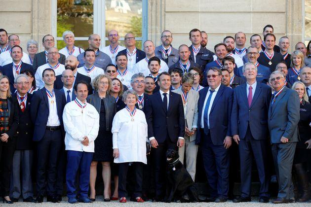 Emmanuel Macron pose pour une photo de groupe lors de la cérémonie de remise du Meilleur...