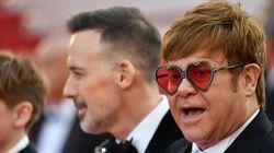 Elton John se multiplie pour la montée des marches à