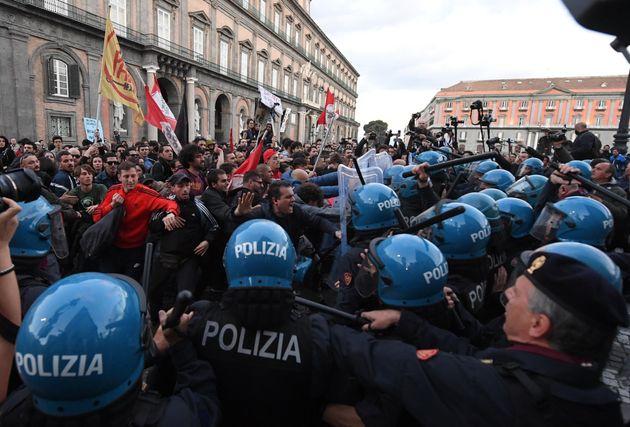 Salvini a Napoli, scontri tra manifestanti e polizia. Esposto un pupazzo di