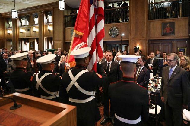 Em Dallas, Bolsonaro prestou continência à bandeira americana antes de receber