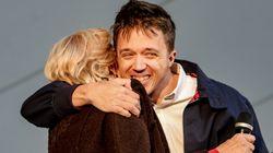Íñigo Errejón y Manuela Carmena se besan en la boca en un