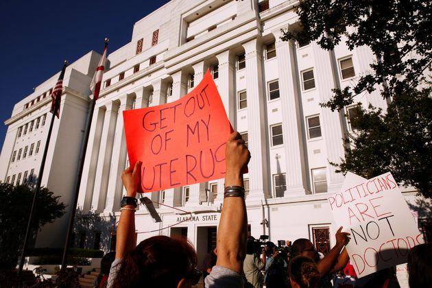 アラバマ州で最も厳しい中絶禁止法が成立、波紋呼ぶ。賛成したのは全員白人男性だった