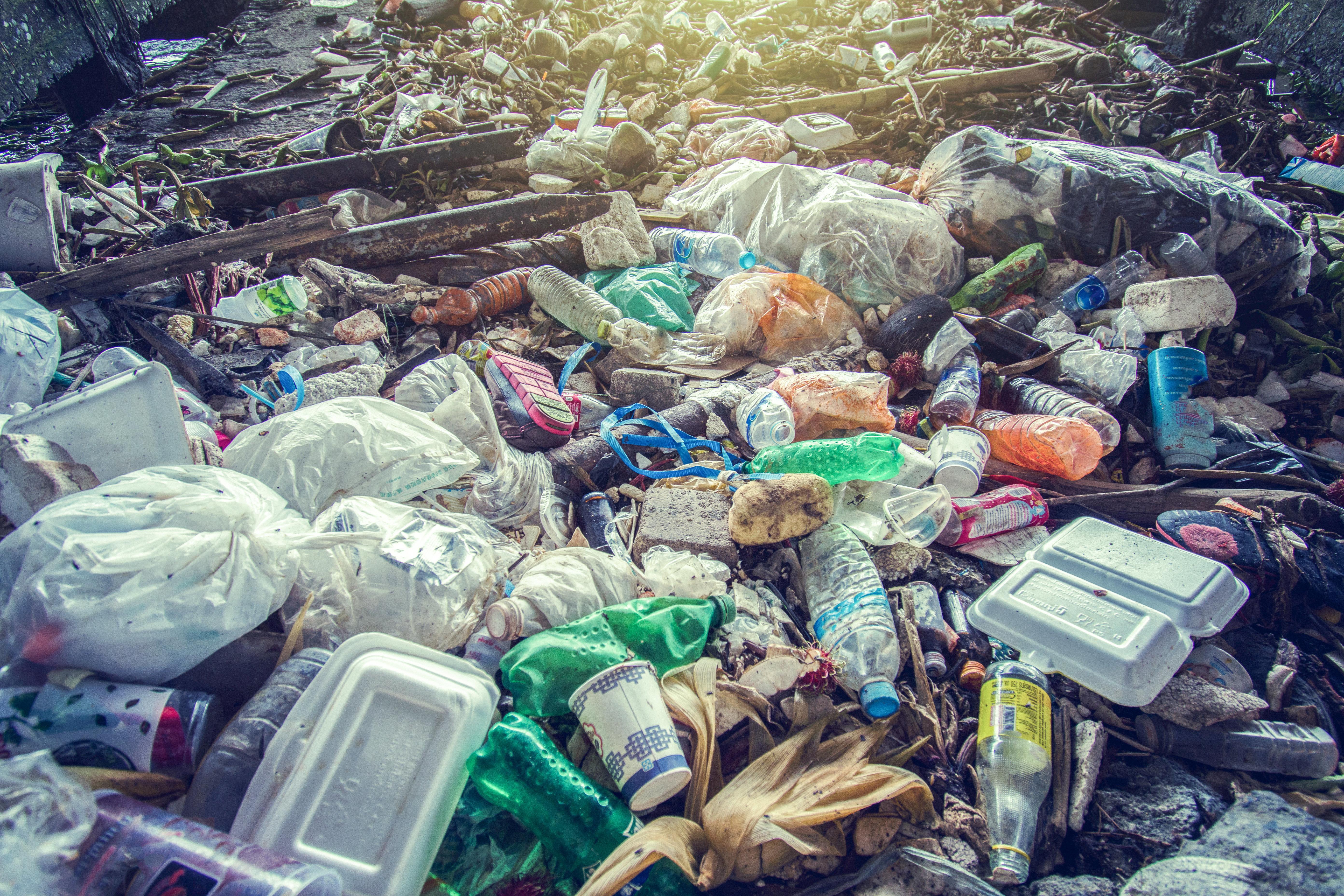 플라스틱은 공해를 일으킬 뿐 아니라 기후변화에도 영향을