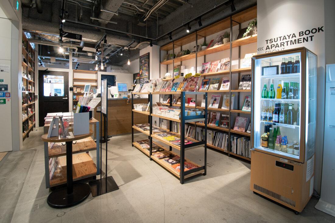 蔦屋書店公寓的前台,旁邊展售了許多書籍和雜誌。