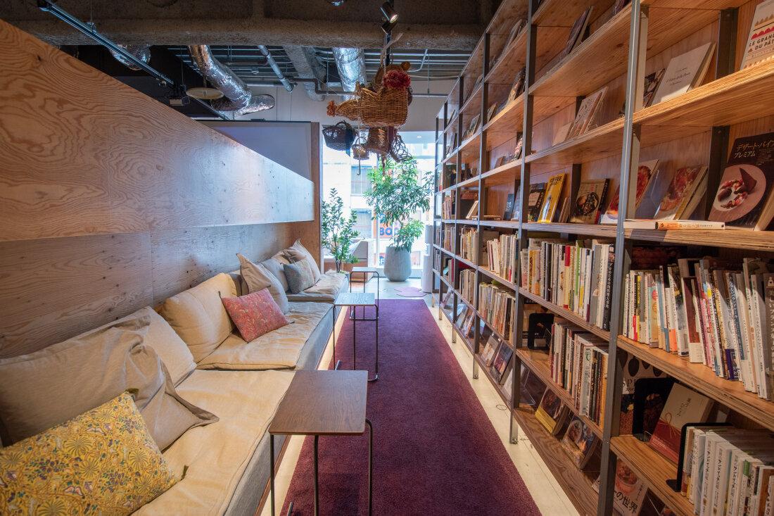 六樓女生樓層的落地窗邊也是一整排舒適的座位,看書或工作累了,看著窗外人來人往發呆也是一種幸福。