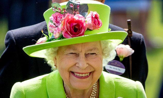 La regina Elisabetta cerca un social media