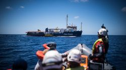 Sea Watch a zig zag al limite delle acque italiane. Salvini chiude: