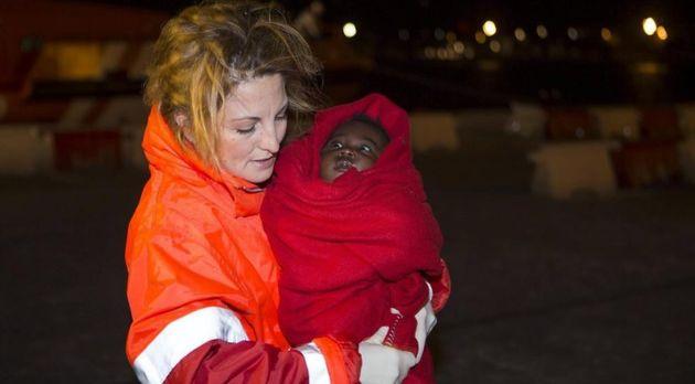Continúa la búsqueda del bebé y la mujer desaparecidos al caer de una patera en Gran