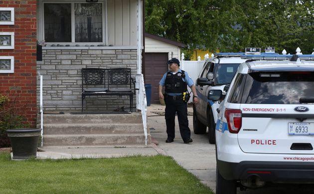 遺体が発見された容疑者の自宅とみられる場所を捜査するシカゴ警察。